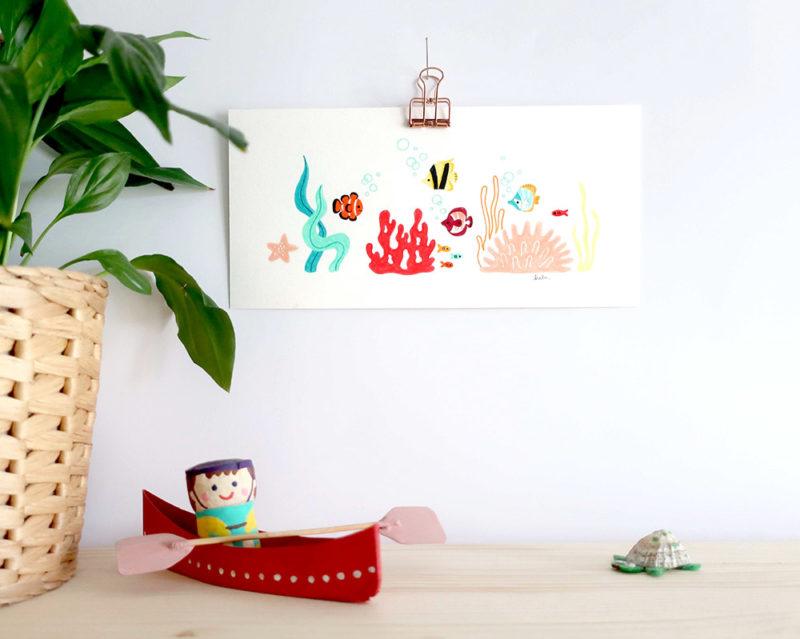 Illustration jeunesse originale aux crayons de couleurs décoration chambre enfant bébé petits poissons sous la mer algues et coraux